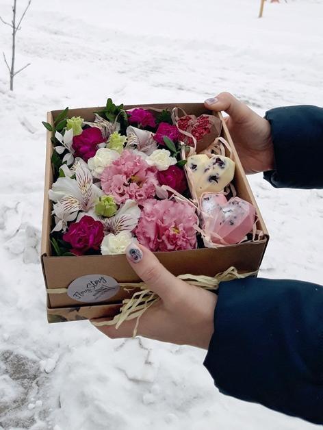 Коробка с цветами и шоколадными сердцами 608