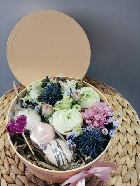 Коробка шляпная с цветами и макаронс 605