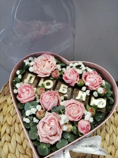 Сердце с цветами и шоколадными буквами в коробке 609