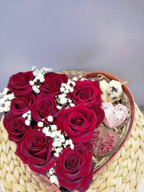 Сердце с цветами и шоколадными конфетами 611