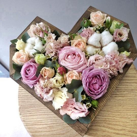 Сердце с цветами в деревянной основе 601