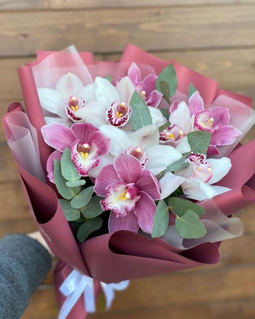 букет из розовой и белой орхидеи цимбидиум