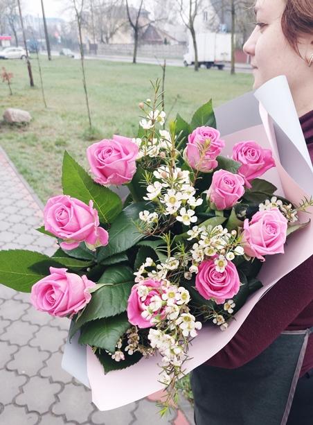 Букет из розовых роз с зеленью 336