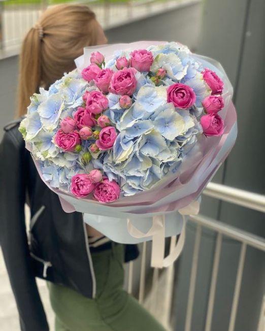 букет из голубой гортензии и пионовидной розы