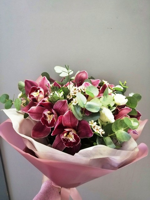 Букет сборный из орхидеи цинбидиум и кустовой розы 672