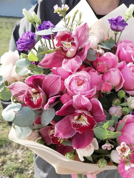 Букет сборный из орхидеи и пионовидной розы 673