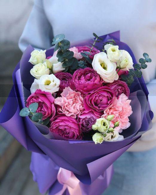 букет с пионовидными розами и эустомой