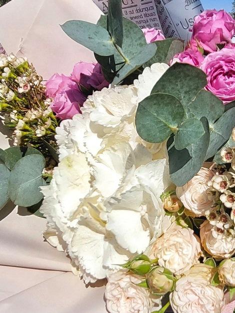 Букет из гортензий и пионовидной розы 187