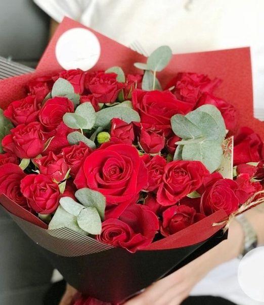 букет из красных кустовых и одиночных роз