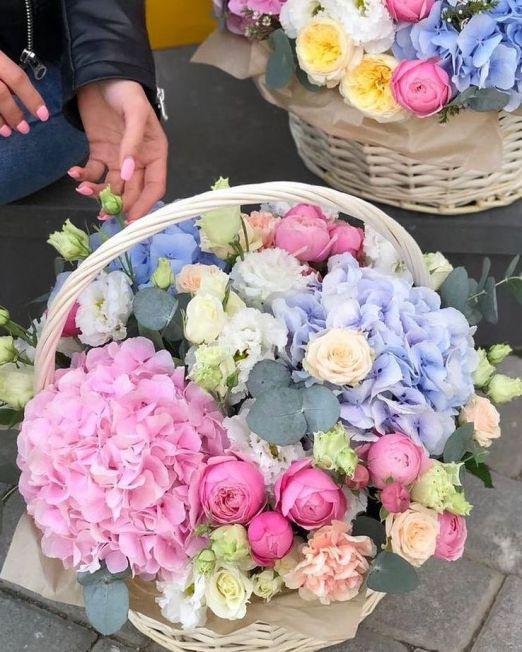 корзина с гортензией и пионовидной розой