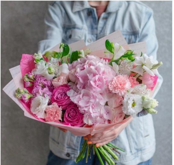 Букет с гортензией, маттиолой и пионовидными розами 161