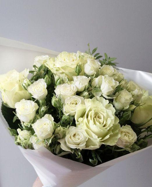 букет из белой одиночной розы и кустовой розы
